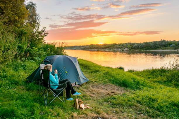 Zelten im Wald. Tourist-Zelt und Ausrüstung im Lager. Reisen & entspannen. Camping-Konzept – Foto