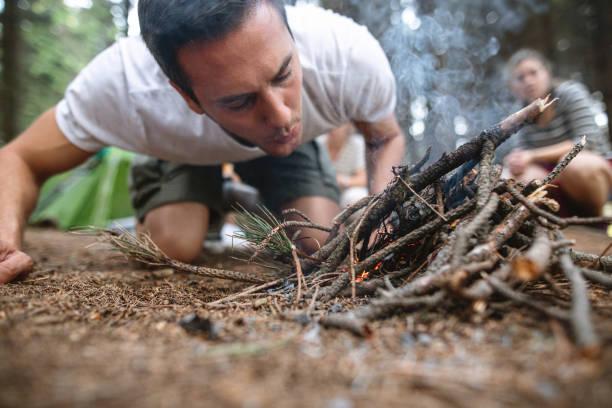 Camping-Mann macht ein Lagerfeuer – Foto
