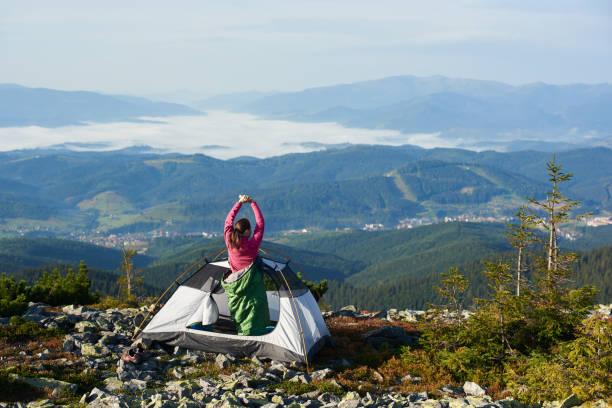 camping auf bergspitze am leuchtenden sommermorgen - zelt stehhöhe stock-fotos und bilder
