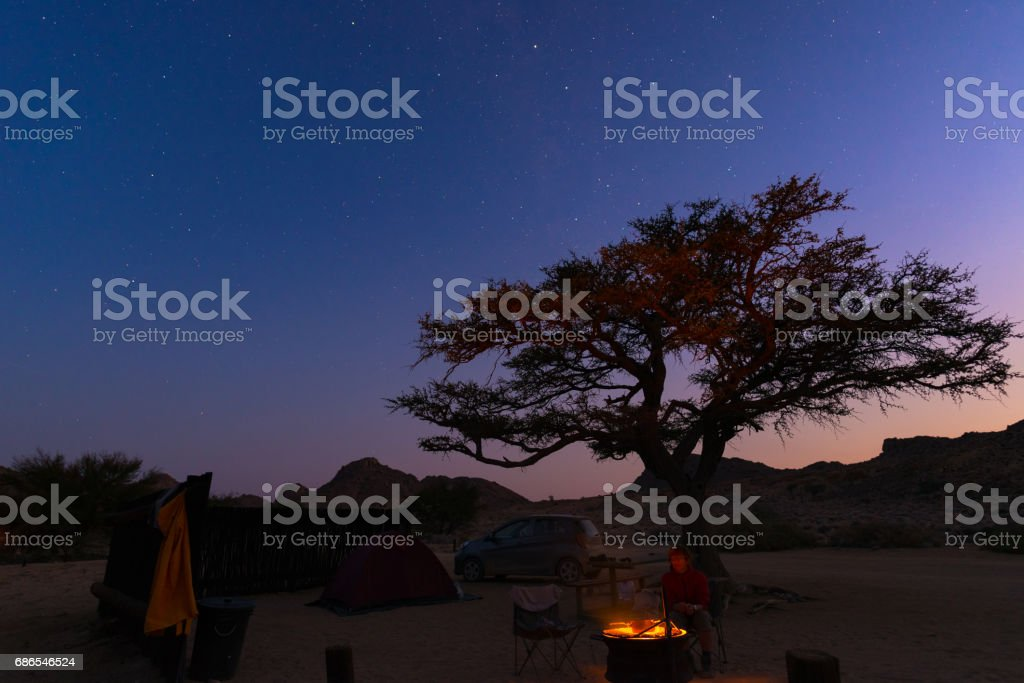 Camping site with starry sky by night foto stock royalty-free