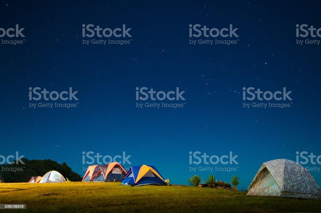 Campamento carpa bajo un brillante cielo de noche con estrellas. foto de stock libre de derechos