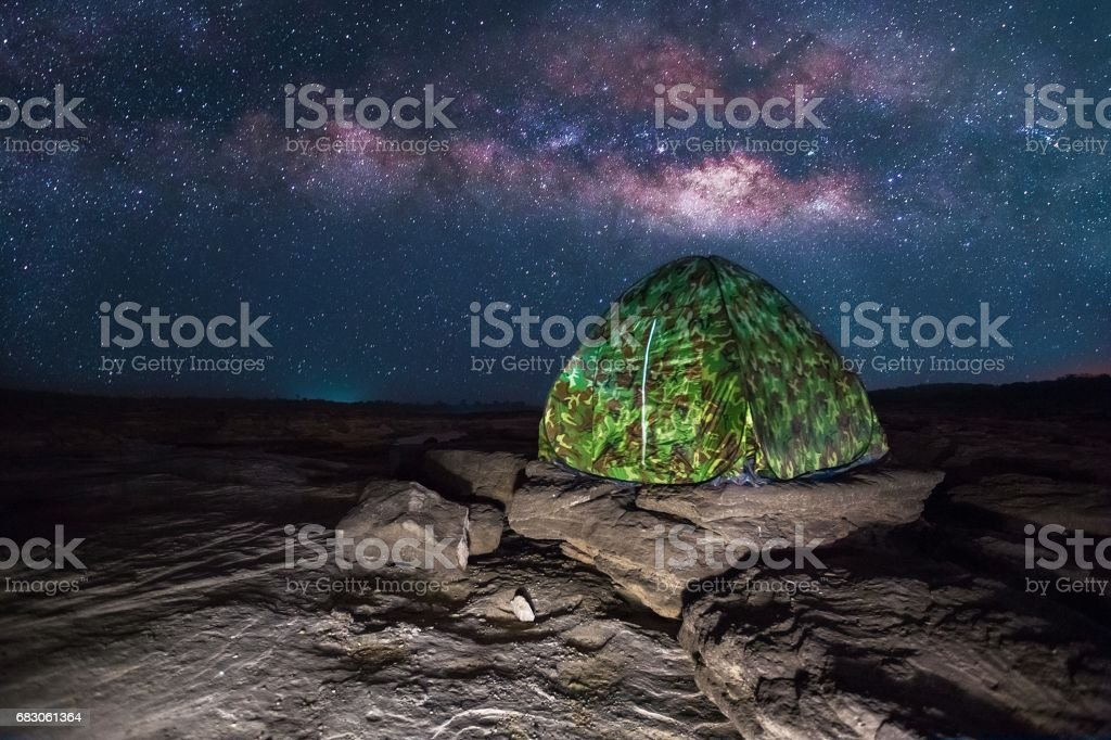 camping tent glows under a night sky full of stars foto de stock royalty-free