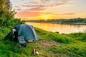 川によって森のキャンプにキャンプのテント