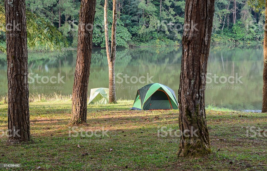 Camping-Zelte in der Nähe von See – Foto