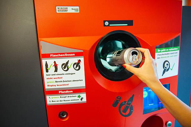 kann und kunststoff dem recycling zugeführt in deutschland - pfand stock-fotos und bilder