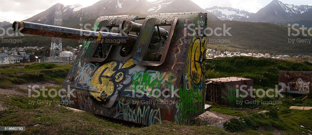 cañón de guerra con grafitti - foto de stock