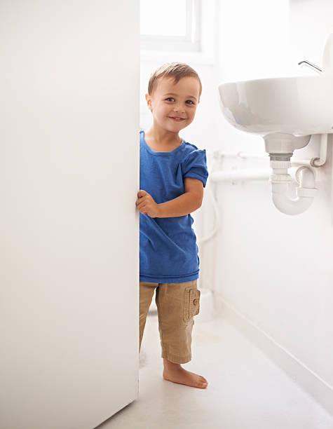 ich kann es selbst mutter! - kinder wc stock-fotos und bilder