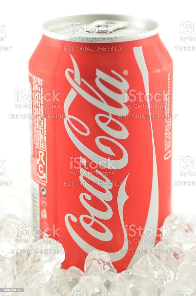Lattina Di Cocacola Bevande In Ghiaccio Isolato Su Sfondo Bianco