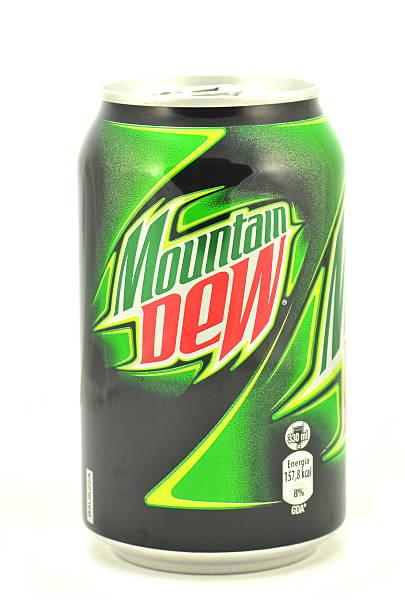 Puede de montaña de rocío bebida Aislado en blanco - foto de stock
