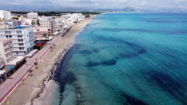 vista aérea de la playa de can picafort (majorca) - pbsm fotografías e imágenes de stock