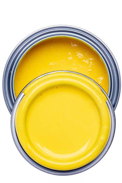 kann mit gelber farbe auf weißem hintergrund isoliert - zinn farbe stock-fotos und bilder