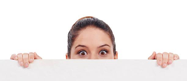 können sie glauben, dass das?! - peeping tom stock-fotos und bilder