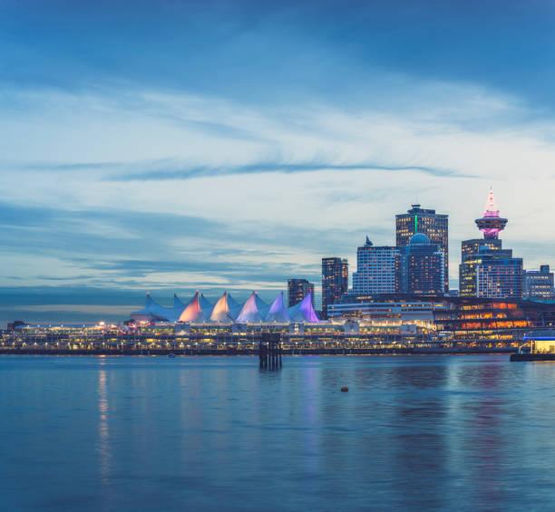 Kanada, British Columbia, Vancouver und Canada Place in der Abenddämmerung – Foto