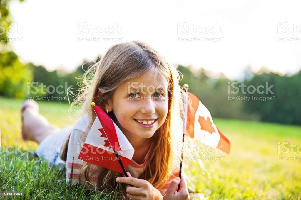 Canada Day - patriotische kleine Mädchen mit der kanadischen Flagge – Foto