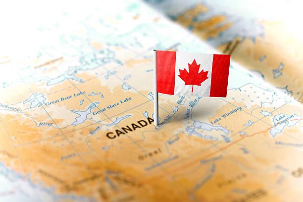 kanada przypięta na mapie z flagą - kanada zdjęcia i obrazy z banku zdjęć