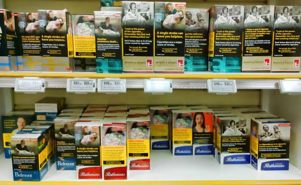 canadian cigarette cartons - cigarettes in duty free foto e immagini stock