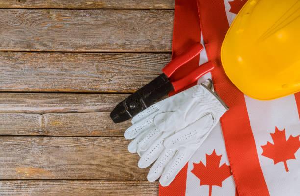 Drapeau canadien Labor Day deux casques protecteurs concept de vue supérieure de la main-d'œuvre et de l'emploi - Photo