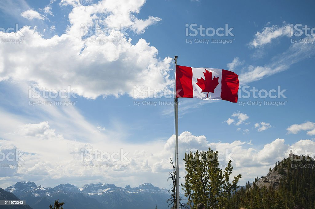 Bandera canadiense a las montañas - foto de stock