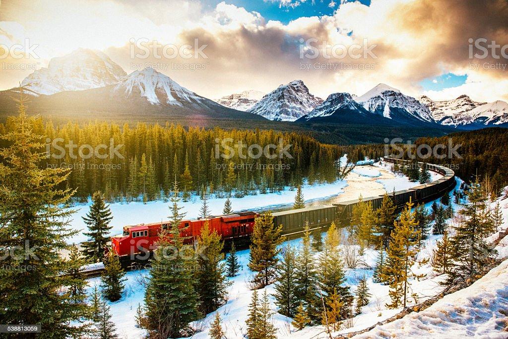 Ferrovia pacifica canadese treno nel Parco Nazionale di Banff, Canada - foto stock