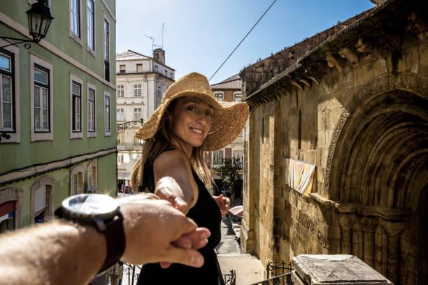 canadese vrouw houdt haar man de hand in coimbra - foto's van hands stockfoto's en -beelden