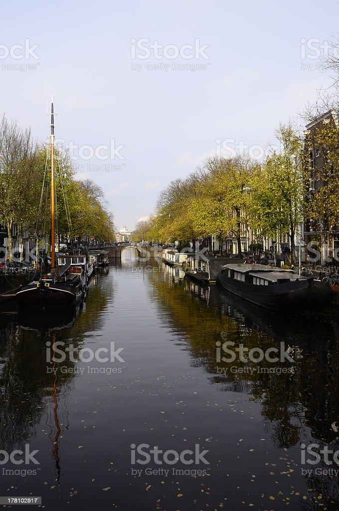 Canal e barcos na cidade velha de Amsterdã - foto de acervo
