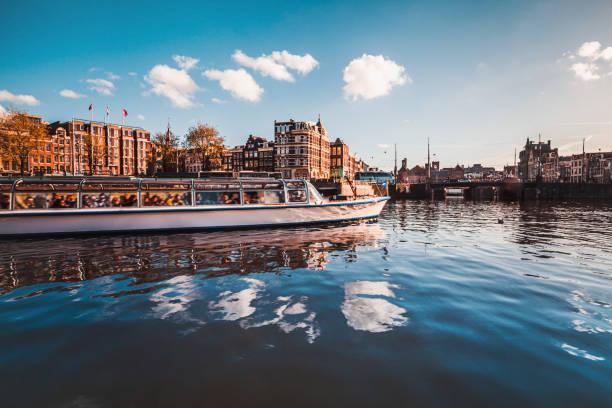 kanaal rondvaart in amsterdam - rondvaartboot stockfoto's en -beelden
