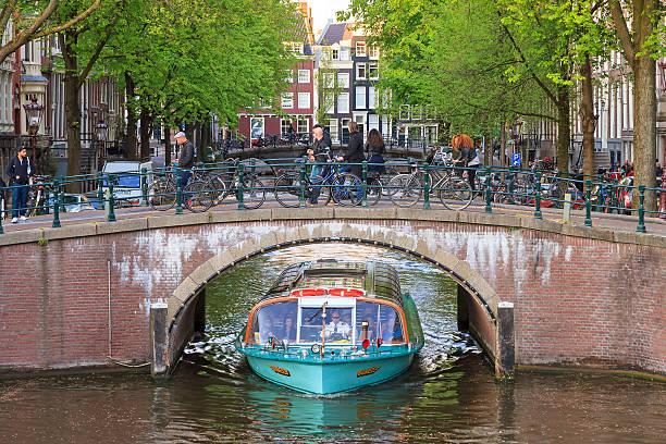 canal cruise boat bridge - keizersgracht stockfoto's en -beelden