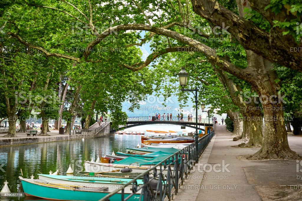 Vasse du canal et le pont d'Annecy de l'amour - Photo
