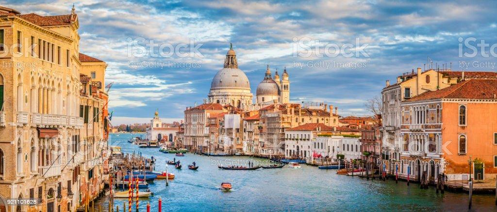 Canal Grande mit Basilika di Santa Maria della Salute, bei Sonnenuntergang, Venedig, Italien – Foto