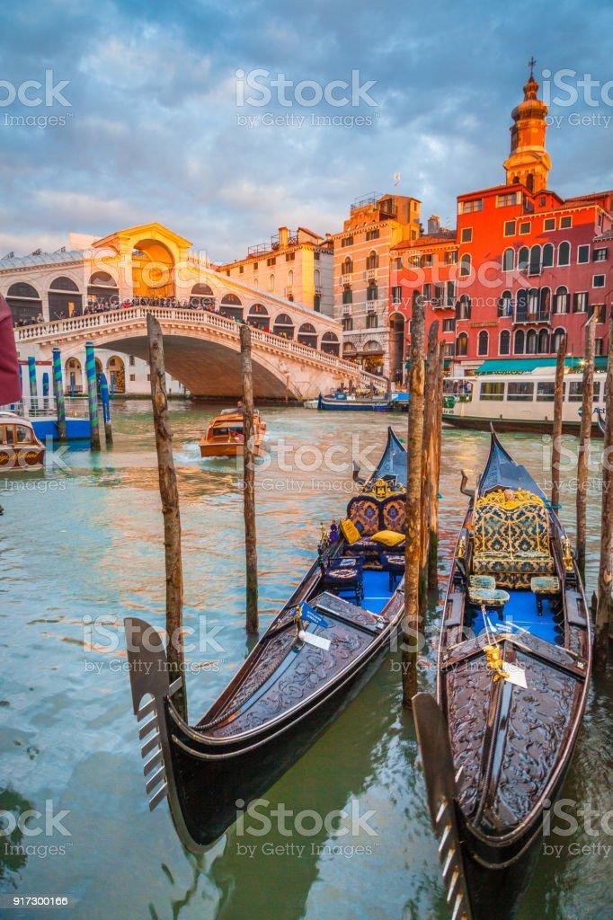 Canal Grande mit Gondeln und Rialto-Brücke bei Sonnenuntergang, Venedig, Italien – Foto