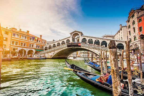 canal grande y puente de rialto en venecia, italia, al atardecer - venecia fotografías e imágenes de stock