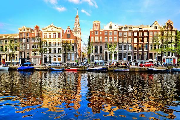 Casas Canal de Ámsterdam con reflejo - foto de stock