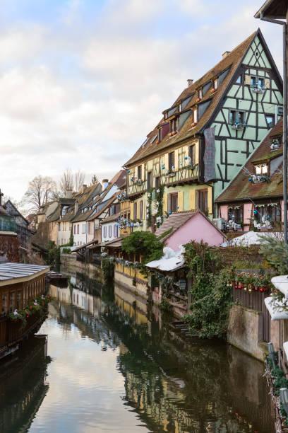 kanal in colmar, frankreich. - französisches haus dekor stock-fotos und bilder