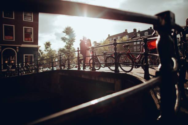 kanäle von amsterdam  - hochzeitsreise amsterdam stock-fotos und bilder