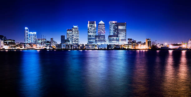 canary wharf skyline von london, gb - canary wharf stock-fotos und bilder