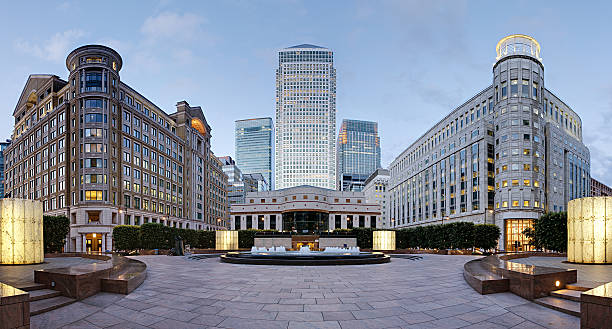 canary wharf skyline vom cabot square, london - canary wharf stock-fotos und bilder
