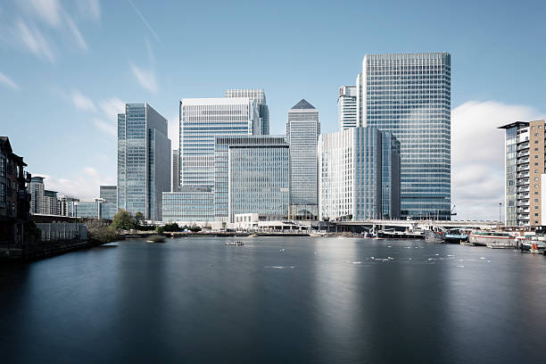 stahlgrau skyline von canary wharf in london - canary wharf stock-fotos und bilder