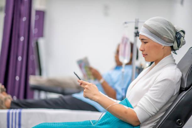 krebspatient in onkologischer einheit - chemotherapie stock-fotos und bilder