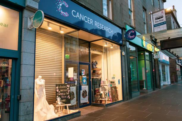 cancer research uk charity thrift store shop schaufenster - hochzeitskleid marken stock-fotos und bilder