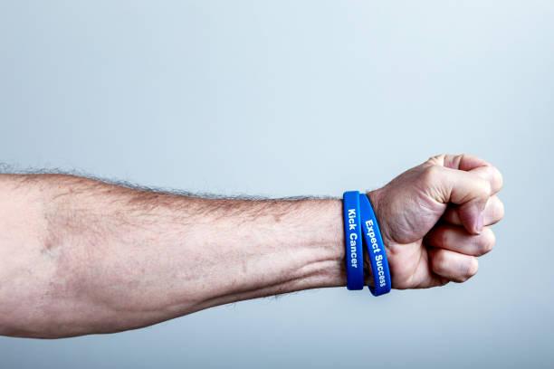 Krebs Überlebende Faust und Unterstützung Armbänder – Foto