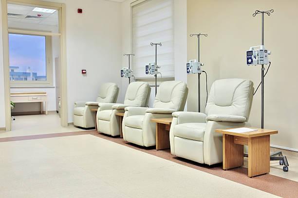 krebsbehandlung für eine chemotherapie zimmer - chemotherapie stock-fotos und bilder