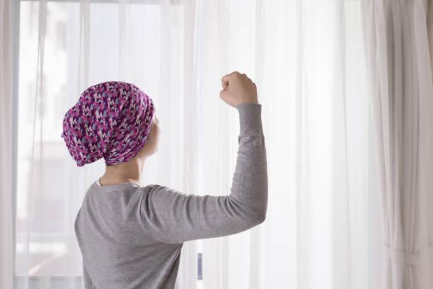 cancer woman feel strong - sopravvivenza foto e immagini stock