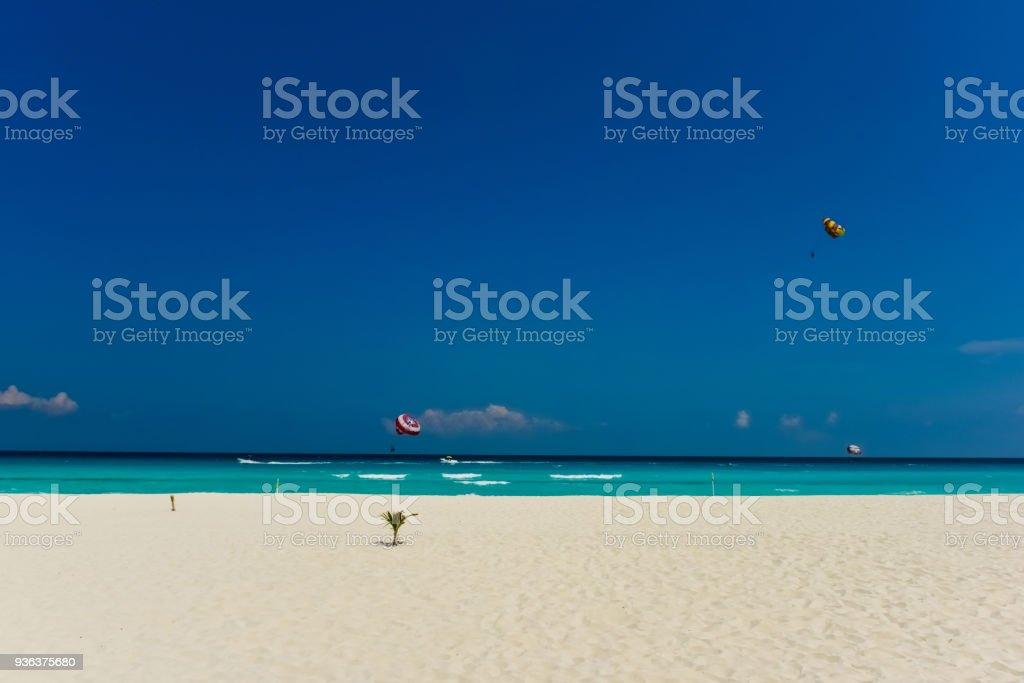 カンクンのビーチとパラセー リング (水平) ストックフォト