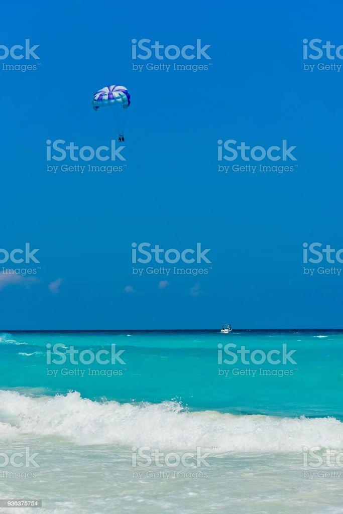 カンクンのビーチとパラセー リング (垂直) ストックフォト