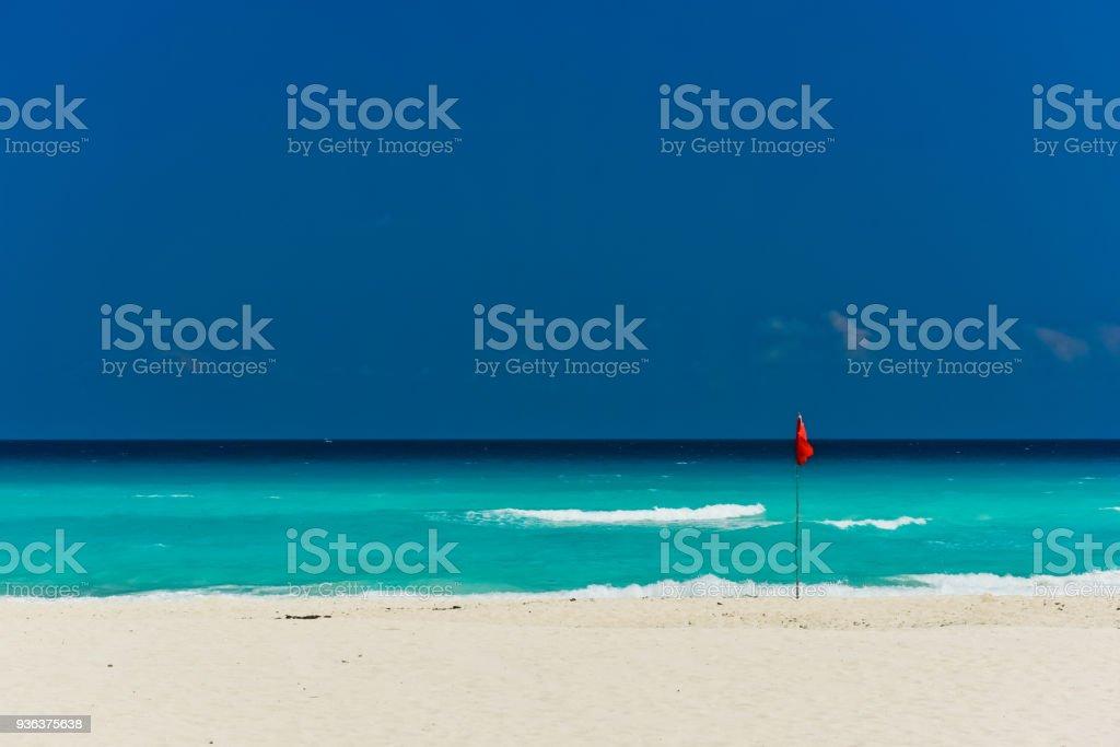 カンクンのビーチと赤旗 ストックフォト