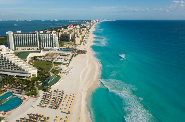 cancun beach panorama aerial view. aerial view of caribbean sea beach. zona hotelera top view. beauty nature landscape with tropical beach. caribbean seaside beach with turquoise water and big wave - kurort turystyczny zdjęcia i obrazy z banku zdjęć
