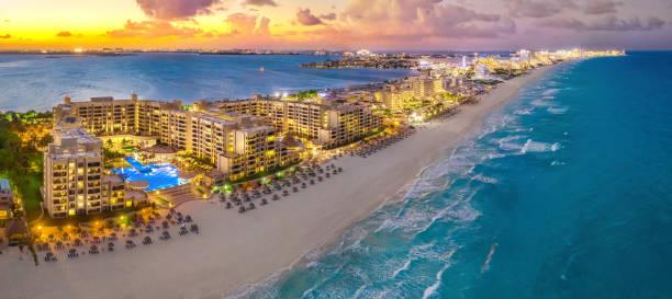 ośrodek cancun podczas zachodu słońca - kurort turystyczny zdjęcia i obrazy z banku zdjęć