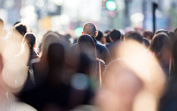 szczerych działalności tłum pracownik dojeżdżający do pracy - selektywna głębia ostrości zdjęcia i obrazy z banku zdjęć