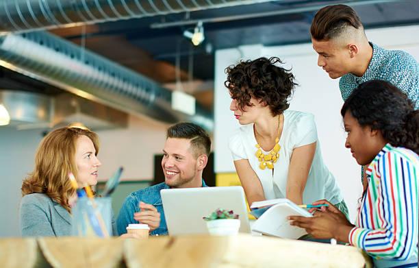 espontânea imagem de um grupo de pessoas de negócios com bem sucedido efectuadas - imobiliaria imagens e fotografias de stock
