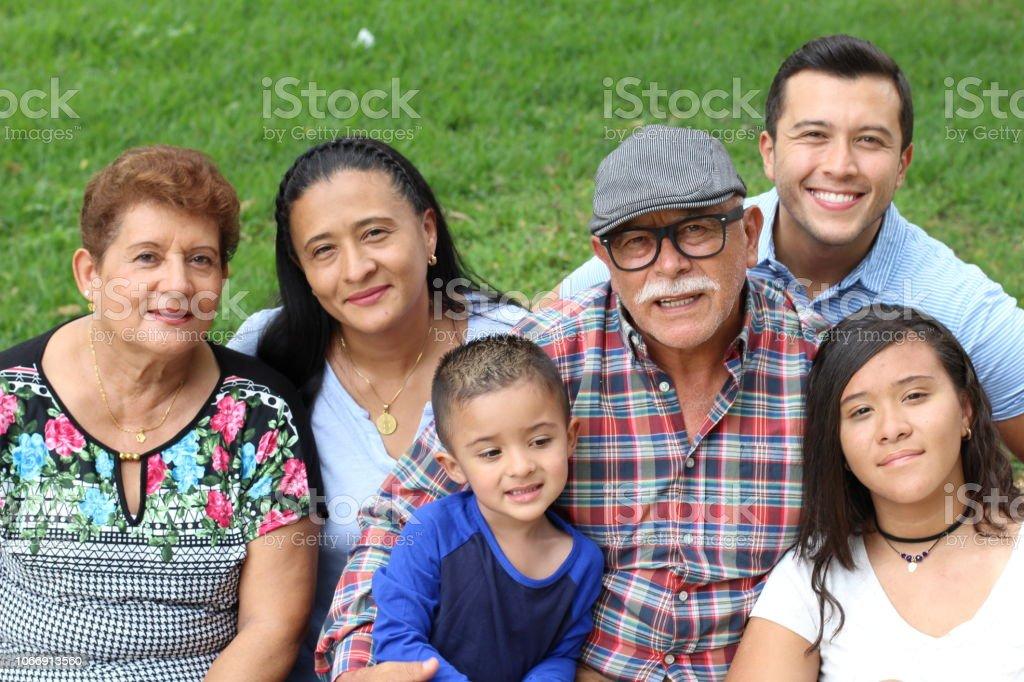 Sincera de verdadera familia junto - foto de stock